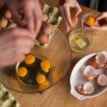 Tarte au citron meringuée revisitée - Verser dans un saladier les œufs entiers. Ajouter ensuite les jaunes d'œuf. (Photo : Elodie Davis).