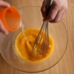 Tarte au citron meringuée revisitée - Verser progressivement le jus de citron en filet sans cesser de fouetter (Photo : Elodie Davis).