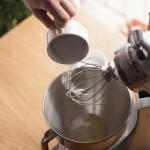 Tarte au citron meringuée revisitée - Ajouter le sucre semoule en pluie, puis monter les blancs en texture bec d'oiseau. (Photo : Elodie Davis).