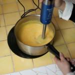 Tarte au citron meringuée revisitée - Passer rapidement la crème au citron au mixer plongeant pour obtenir une texture très lisse. (Photo : Elodie Davis).