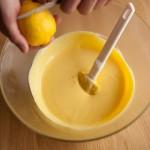 Tarte au citron meringuée revisitée - Ajouter les zestes du citron à l'aide d'une râpe microplane ou d'un petit couteau à dents de scie. (Photo : Elodie Davis).