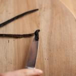Tarte au citron meringuée revisitée - Avec le dos du couteau d'office, racler l'intérieur de la gousse de vanille pour prélever les graines. (Photo : Elodie Davis).