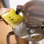 Tarte au citron meringuée revisitée - Ajouter les graines de vanille et continuer à mélanger. (Photo : Elodie Davis).
