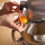 Tarte au citron meringuée revisitée - Ajouter l'œuf entier, puis travailler la pâte sablée jusqu'à ce qu'elle commence à se décoller des parois du bol du batteur. (Photo : Elodie Davis).