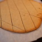 Tarte au citron meringuée revisitée - A la fin de la cuisson, diviser là pâte sablée à l'aide d'un couteau éminceur. (Photo : Elodie Davis).