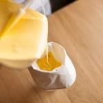 Tarte au citron meringuée revisitée - Verser la crème au citron dans une poche à douille munie d'une douille cannelée à l'aide d'une maryse. (Photo : Elodie Davis).