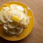 Tarte au citron meringuée revisitée - Couper un citron en fines rondelles, dans le sens de la longueur à la mandoline. (Photo : Elodie Davis).