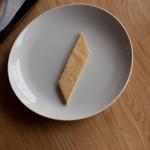 Tarte au citron meringuée revisitée - Disposer les biscuits sur des assiettes de dressage en s'aidant d'une spatule. (Photo : Elodie Davis).