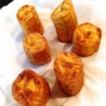 Frites de banane plantain - Égoutter les tronçons à l'aide d'une écumoire et les placer dans un plat recouvert de papier absorbant.