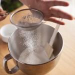 Tarte au citron meringuée revisitée - Serrer les blancs en ajoutant le sucre glace tamisé à l'aide d'un tamis. (Photo : Elodie Davis).