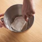 Tarte au citron meringuée revisitée - Incorporer délicatement le sucre glace tamisé à la maryse.(Photo : Elodie Davis).