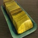 Terrine de saumon, noisettes et poireaux -La feuille de papier évite de graisser le moule et permet de démouler facilement la terrine.