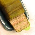 Terrine de saumon, noisettes et poireaux – Prévoyez un couteau bien aiguisé, pour couper de belles tranches nettes.