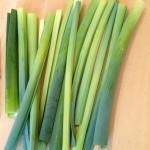 Terrine de saumon, noisettes et poireaux - Récupérer les feuilles vertes des poireaux de manière à avoir des bandes.