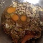 Terrine de saumon, noisettes et poireaux - Ajouter les œufs dans le saladier.