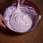 Macarons R2-D2 - Incorporer le restant en soulevant la masse et en prenant soin de bien racler la pâte au fond du saladier. (Photo : Elodie Davis).
