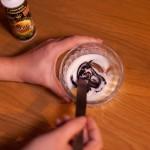 Macarons R2-D2 - Colorer le glaçage avec le colorant alimentaire. (Photo : Elodie Davis).