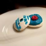 Macarons R2-D2 - Les recouvrir avec les coques décorées (Photo : Elodie Davis).