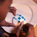 Macarons R2-D2 - Décorer la coque supérieure avec la poche contenant le glaçage bleu pour figurer les détails de R2-D2. (Photo : Elodie Davis).