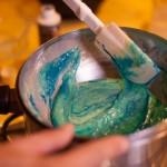 Macarons R2-D2 - Verser le colorant alimentaire bleu dans la préparation puis mélanger une dernière fois. (Photo : Elodie Davis).