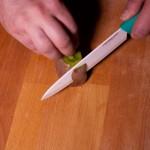 Sabres lasers (Star Wars) - Peler le kiwi à l'aide d'un couteau. (Photo : Elodie Davis).