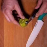 Sabres lasers (Star Wars) - Prélever des billes dans le kiwi à l'aide d'une cuillère parisienne. (Photo : Elodie Davis).