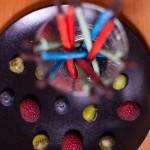 Sabres lasers (Star Wars) - Terminer en posant des fruits sur l'assiette de dressage. (Photo : Elodie Davis).
