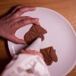Dark Vador extraordinairement chocolat (Star Wars) - Déposer de la ganache sur un biscuit d'épaisseur fine, puis déposer un deuxième biscuit plus épais.