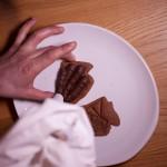 Dark Vador extraordinairement chocolat (Star Wars) - Bien répartir le fourrage sur toute la surface du gâteau. (Photo : Elodie Davis).