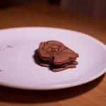 Dark Vador extraordinairement chocolat (Star Wars) - Recouvrir le fourrage avec un deuxième biscuit plus épais. (Photo : Elodie Davis).