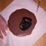 Dark Vador extraordinairement chocolat (Star Wars) - Former des très légères empreintes en touchant délicatement la pâte avec l'emporte-pièce en forme de Dark Vador, afin de retirer la pâte en excès. (Photo : Elodie Davis).
