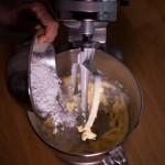 Dark Vador extraordinairement chocolat (Star Wars) - Mettre le beurre ramolli et le sucre glace dans la cuve. (Photo : Elodie Davis).