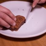 Dark Vador extraordinairement chocolat (Star Wars) - Lisser le contour de chaque gâteau à l'aide d'une petite spatule métallique. (Photo : Elodie Davis).