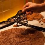 Dark Vador extraordinairement chocolat (Star Wars) - Ouvrir le four à mi-cuisson et retirer la plaque du four. A l'aide d'un emporte-pièce, découper des formes. (Photo : Elodie Davis).