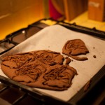 Dark Vador extraordinairement chocolat (Star Wars) - Une fois cuits, sortir les biscuits du four et laisser refroidir. (Photo : Elodie Davis).