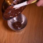 Étoile de la mort (Star Wars) - Faire couler le chocolat tempéré à l'intérieur de deux moules hémisphériques. (Photo : Elodie Davis).