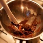 Étoile de la mort (Star Wars) - Laisser fondre doucement le chocolat au bain marie. (Photo : Elodie Davis).