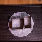 Étoile de la mort (Star Wars) - Déposer un cadre carré de 10 cm de côté sur une plaque de four tapissée de papier sulfurisé. (Photo : Elodie Davis).