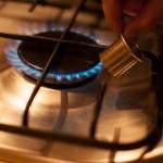 Étoile de la mort (Star Wars) - Chauffer la douille en utilisant un chalumeau de cuisine ou un briquet. (Photo : Elodie Davis).