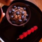 Étoile de la mort (Star Wars) - Ajouter harmonieusement quelques myrtilles et les billes de chocolat. (Photo : Elodie Davis).