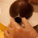 Étoile de la mort (Star Wars) - Ajourer la partie latérale d'une coque, avec une douille légèrement chauffée. (Photo : Elodie Davis).