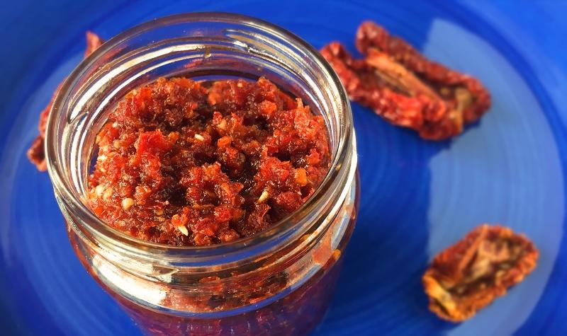 Pesto rosso aux tomates confites - Une recette simple et rapide pour une cuisine saine et ensoleillée.