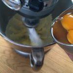 Taralli siciliani - Ajouter un œuf au mélange, puis ajouter le deuxième œuf quand le premier est bien incorporé.