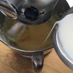 Taralli siciliani - Verser le lait de façon progressive tout en battant la préparation.