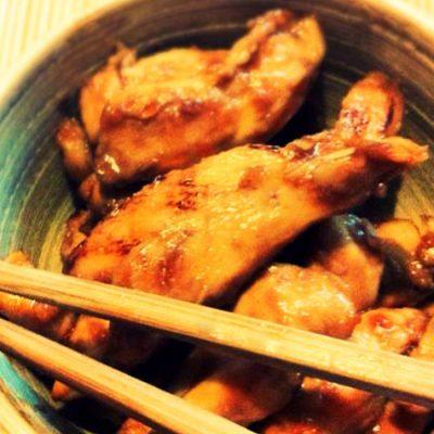 Poulet laqué au miel et gingembre - une recette aux saveurs de Chine qui va ravir vos invités.