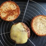 French Burger - Couper le comté en fines tranches à l'aide d'un couteau, les disposer sur les steaks.