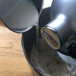 Bun aux graines de courge - Dans le bol du robot, mélanger la farine et le lait à petite vitesse.