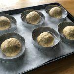 Bun aux graines de courge - Placer les boules dans une plaque chemisée de papier sulfurisé avec les cercles à buns.