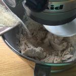 Bun aux graines de courge - Ajouter le sucre, mélanger.
