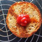 French Burger - Tartiner la couronne avec un peu de sauce ketchup.